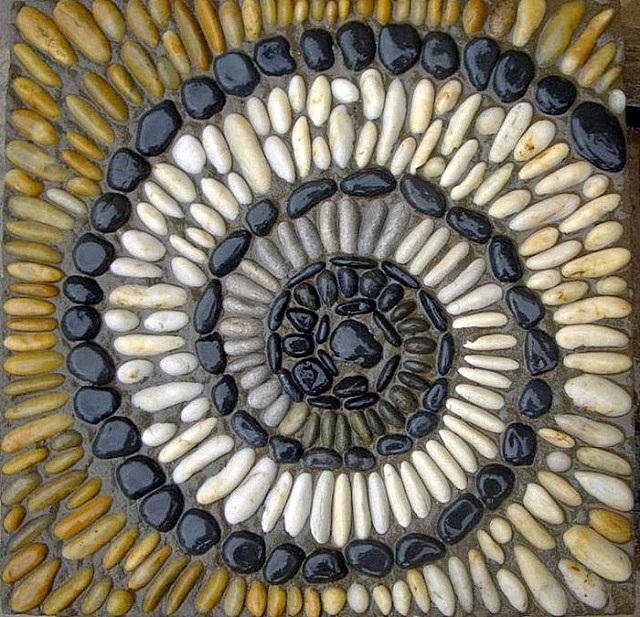 Мозаика –улитка, выложенная из гладких камней с последующим подкрашиванием их поверхностей
