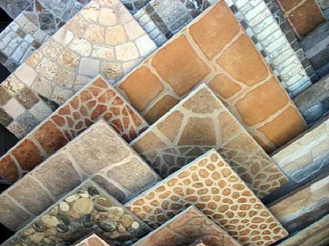 Варианты оформления керамической плитки с имитацией каменной мозаики.