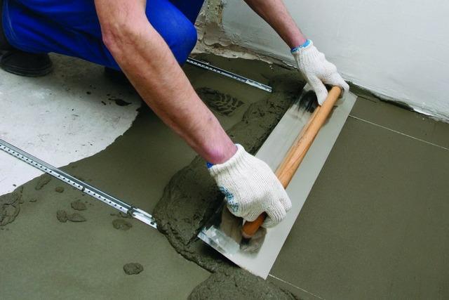 При выравнивании пола обычной бетонной стяжкой требуется создание системы маяков. Любая ошибка при выставлении направляющих отразится на качестве поверхности.