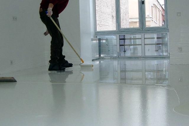 Выравнивание поверхности можно проводить очень тонким слоем, буквально в несколько миллиметров. И прочность покрытия от этого не страдает.