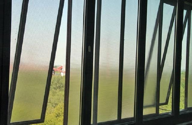 Балконные рамы со стеклопакетами из армированного стекла.