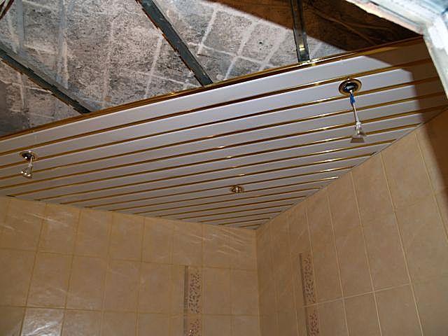 Старая потолочная поверхность не нуждается в сложном ремонте – все ее изъяны будут скрыты реечной подвесной конструкцией.