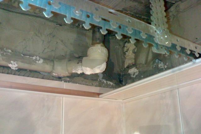 В пространстве между реечным потолком и перекрытием можно спрятать некоторые инженерные коммуникации и кабельные разводки.