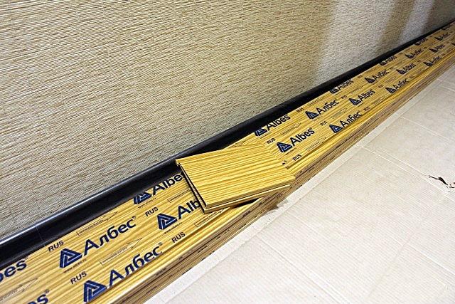 В магазины потолочные рейки и раскладки к ним поступают в защитной плёночной упаковке, на которой не должно быть никаких повреждений
