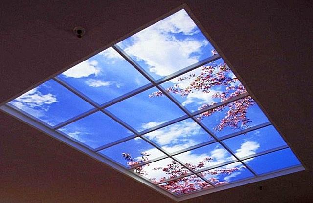 Стеклянный потолок с подсветкой – имитация окна в открывающиеся просторы
