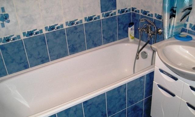 Керамической плитке в ванных комнатах по уровню популярности пока еще нет равных