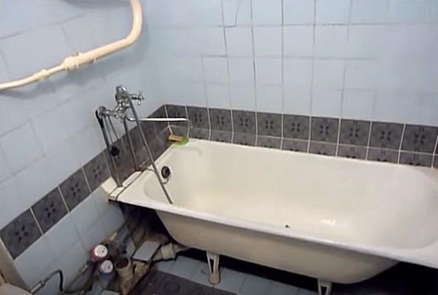 Ванная в «хрущевке» может иметь вот такой исходный вид. И это еще – не самый страшный из встречающихся…