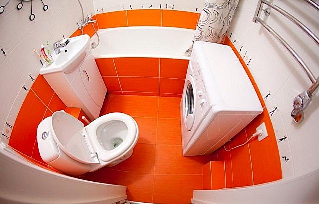 Даже на небольшой площади, при правильной ее планировке, можно вписать не только всю необходимую сантехнику, но и современные бытовые приборы, например, стиральную машинку.