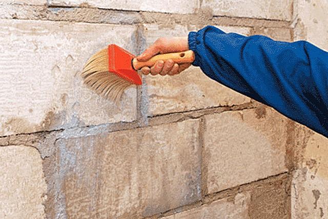 Без тщательного грунтования поверхности ожидать качества штукатурки — бессмысленно