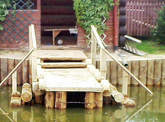 Уникальные свойства лиственницы позволяют даже выполнять укрепление берегов водоёмов и монтаж мостков и причалов.