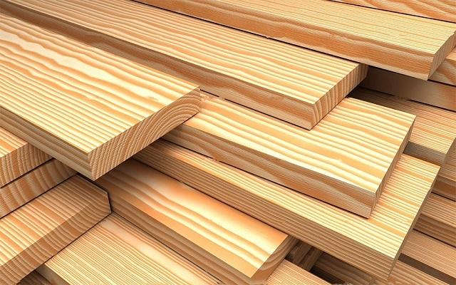 Самый ходовой материал на всех этапах строительства — доски.