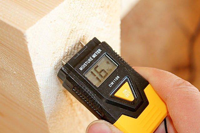 Влажность пиломатериалов, используемых для возведения дома, должна быть не выше 22%. А лучше, конечно, и пониже.