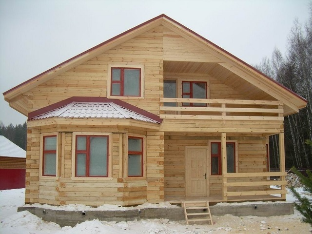 Дом, выстроенный из бруса.