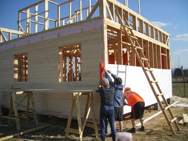 При наличии строительных навыков и опыта работы со столярно-плотницким инструментом, возведение каркасного дома может быть выполнено и собственными силами.