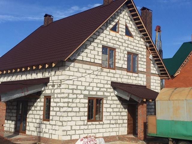 Дом, добросовестно выстроенный из качественных газосиликатных блоков и получивший добротную отделку, прослужит долго