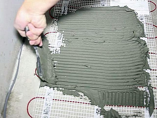 Плиточный клей выкладывается непосредственно на нагревательные маты.
