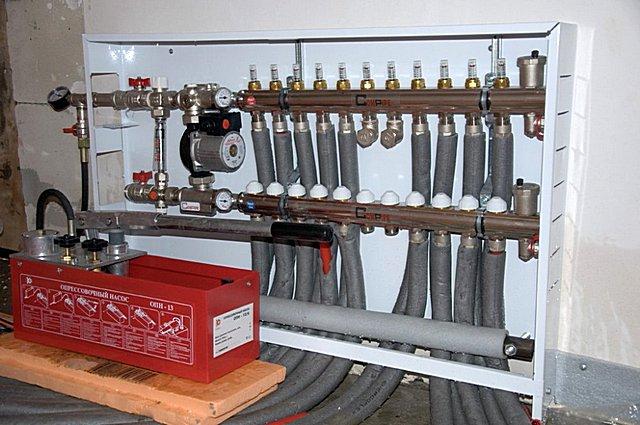 Гидравлические испытания системы теплых полов проводятся с помощью специального прибора – опрессовочного насоса.