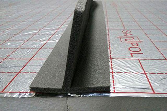 Т-образная пористая демпферная лента помогает без труда организовать на будущей стяжке деформационные швы.