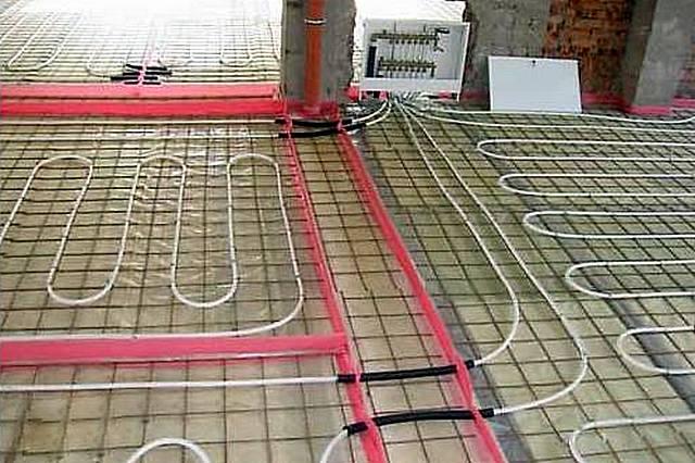 На участках прохода через деформационные швы трубы контура теплого пола одеваются в гофрированную оболочку.