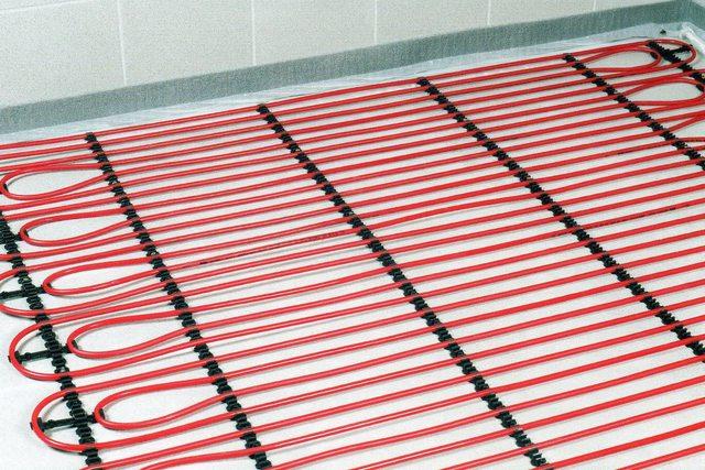 Труба диаметром 16 мм проще укладывается и позволяет выдерживать минимальный шаг между соседними петлями