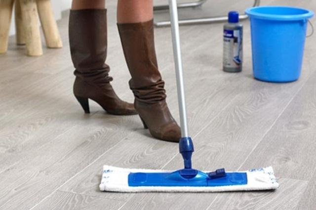 Для неустойчивых к влаге ламинированных покрытий приобретать моющий пылесос – вряд ли разумною вполне достаточно проводить периодические влажные уборки влажной, хорошо отжатой тряпкой.