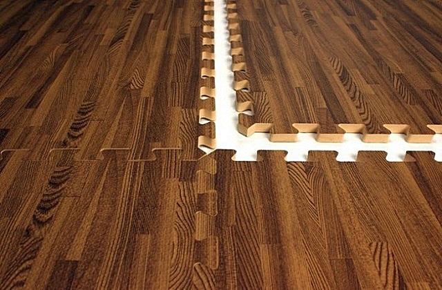При сборке модулей с рисунком, имитирующим деревянную фактуру, стыки между ними становятся практически незаметными.