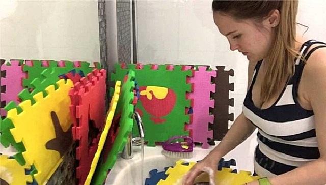 Модули мягкого покрытия для детской комнаты можно быстро демонтировать, чтобы устранить сильные загрязнения в ванной или даже в посудомоечной машине