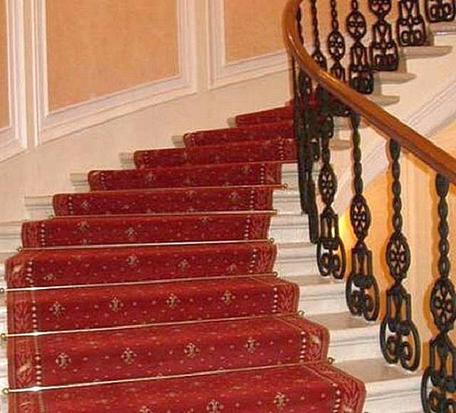 Сплошная ковровая дорожка по всей длине парадной лестницы