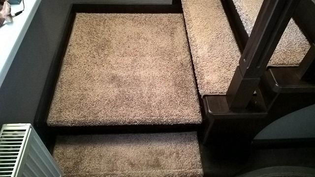 Прямоугольные накладки, закрывающие всю поверхность ступени, а также площадки между пролетами лестницы.