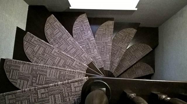 Накладки из ковролина на винтовой лестнице.