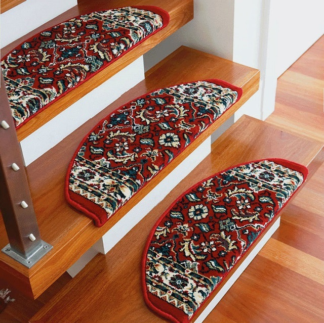 Накладки на ступени могут стать декоративным элементом дизайна интерьера.