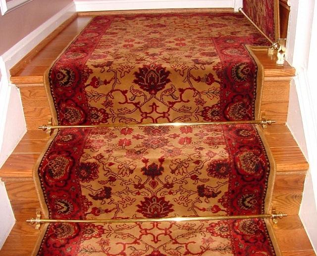 Фиксация покрытия специальными ковровыми держателями.