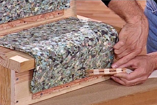 Установка мягкой подложки и крепление шипованных реек