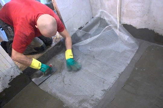 Ремонт стяжки с армированием поверхности сеткой-серпянкой.
