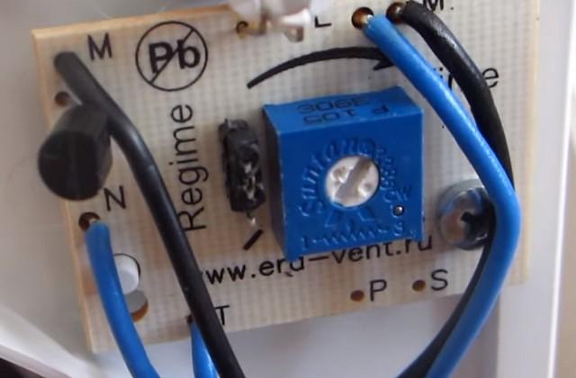 Перемычка в верхнем положении – режим «туалет». Синий регулятор с подстроечным винтом – как раз для установки времени задержки выключения.
