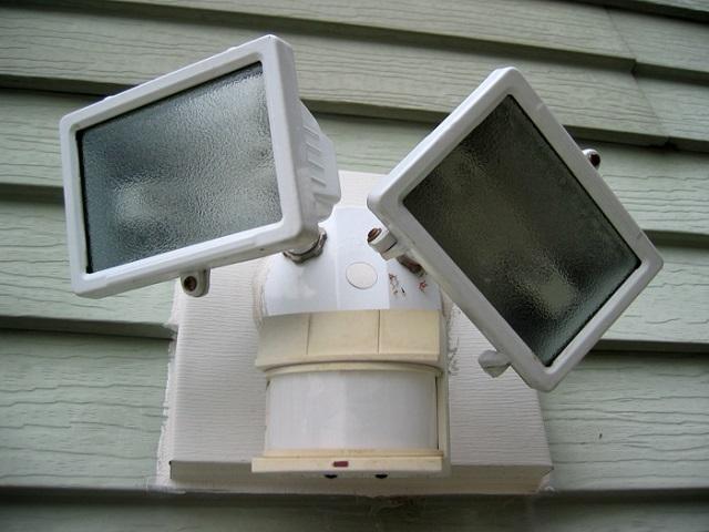 Как подключить датчик движения к светодиодному прожектору