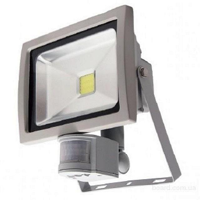 Прожектор, идущий в комплекте с датчиком движения. Тоже, как правило, никаких сложностей с подключением к электросети.