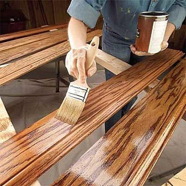 Доводка деревянного плинтуса до планируемого внешнего вида с помощью морилки и последующего лакового покрытия.
