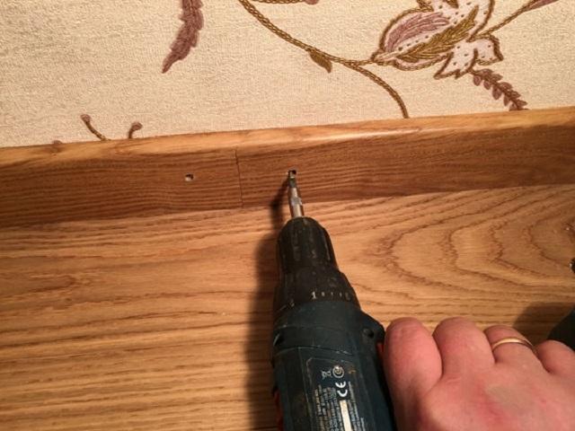 Крепление плинтуса к стене чаще всего производится через заранее подготовленные отверстия.