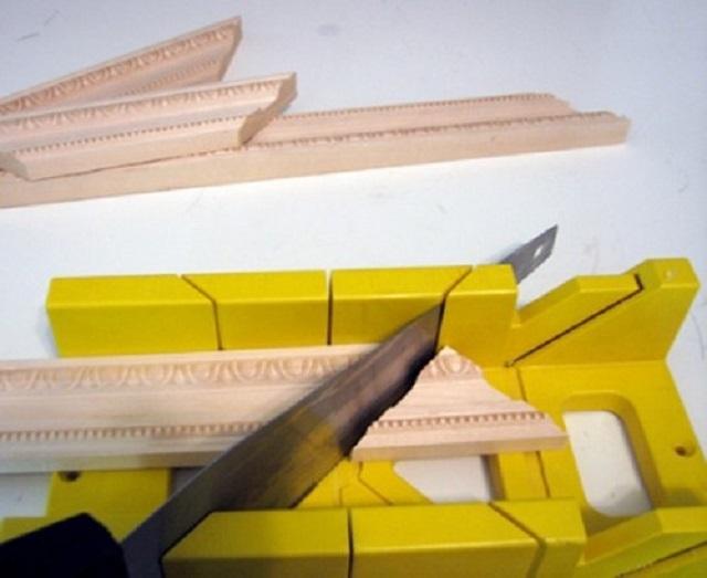 При помощи стусла распиливаются как деревянные напольные плинтусы, так многие другие элементы отделки помещений – потолочные плинтусы и «лепнина», рамки, уголки, наличники и т.п. Поэтому при проведении ремонта это приспособление обязательно должно быть в арсенале мастера.