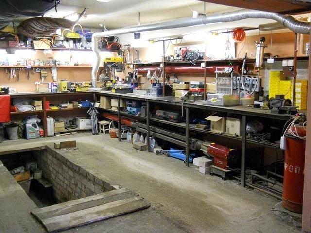 Помещение гаража предоставляет гораздо больше возможностей для обустройства мастерской.