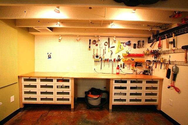 Мастерская, расположенная вдоль дальней стены гаража.