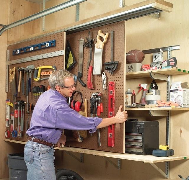 Выдвижные стеллажи для размещения инструментов помогут значительно сэкономить место.