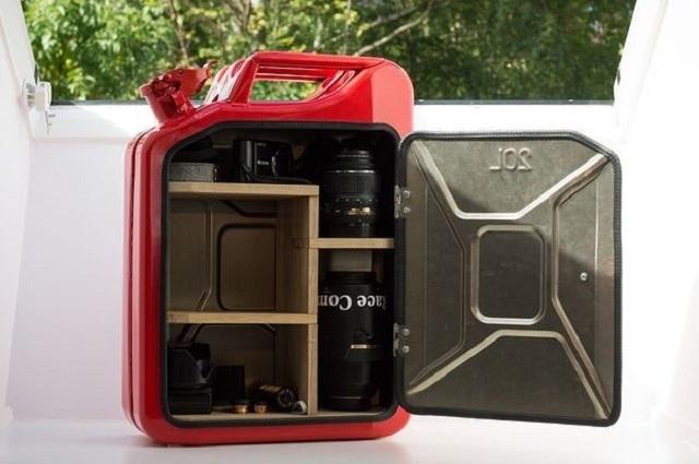 Металлическая канистра, превращенная в удобный переносной контейнер.