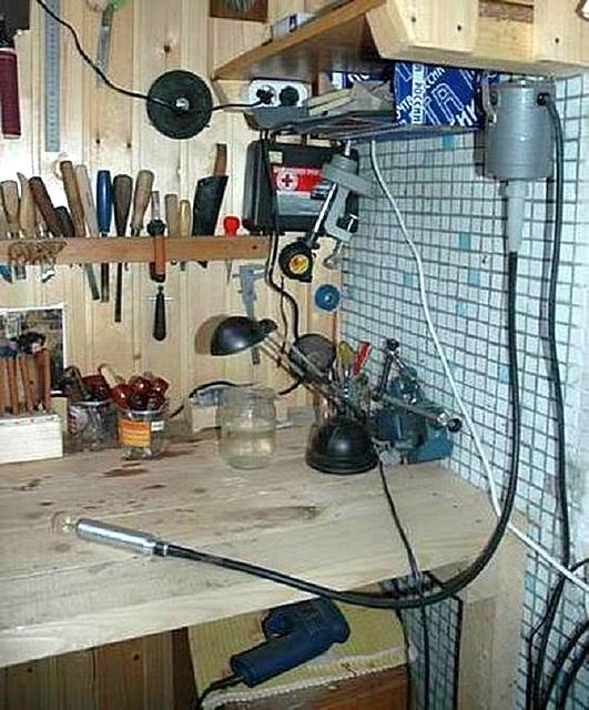 Правильно размещенные инструменты и надежный рабочий стол являются гарантами качественного проведения работ.