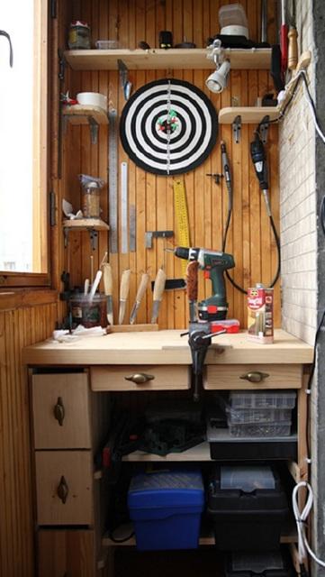 Пространство под рабочим столом также необходимо использовать по максимуму рационально.
