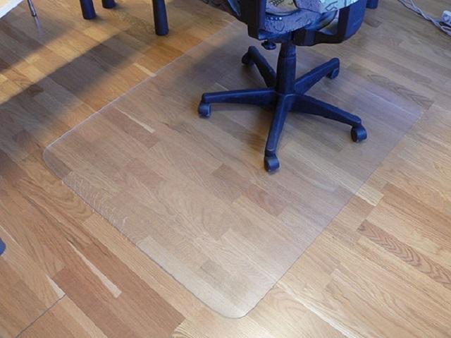 Акриловое стекло, как защита напольного покрытия от истирания колесами офисного кресла