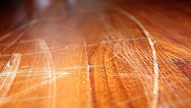 Колеса офисного кресла, особенно – если они имеют неисправности, способны оставлять на поверхности ламината царапины и потертости.
