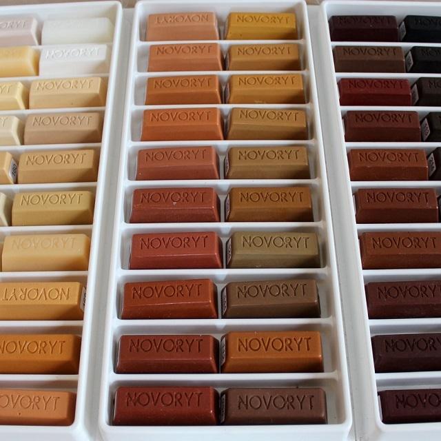 Ассортимент расцветок восковых брусков для маскировки дефектов на ламинате.