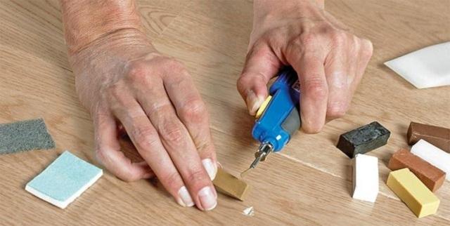 Твердый воск, обычно реализуемый в виде брусков, может использоваться для устранения более глубоких дефектов ламинированной поверхности